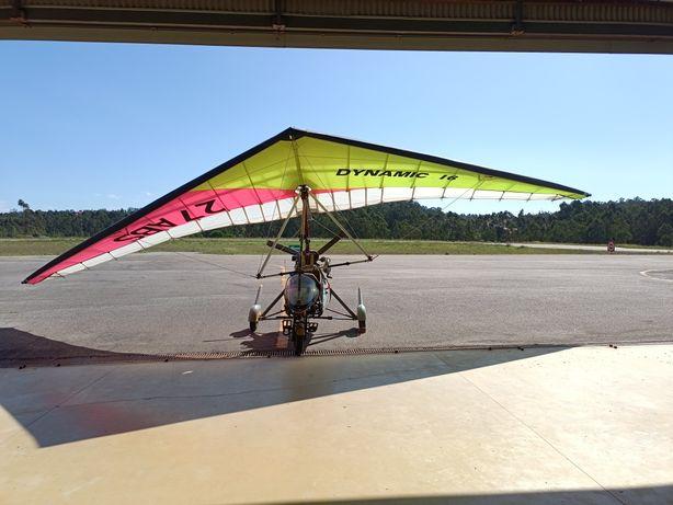 Asa delta, pendular pronta a voar.