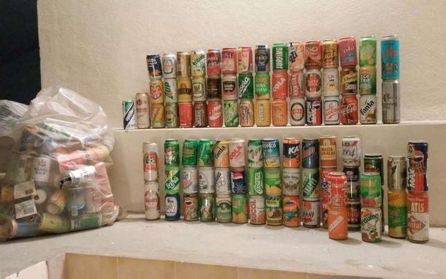 Coleção de latas antigas de refrigerantes e cerveja