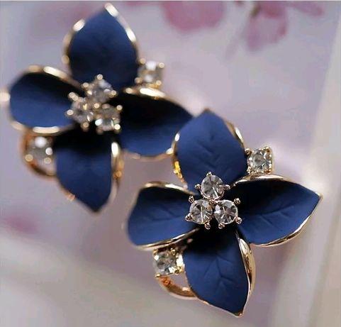 Серьги-гвоздики золотого цвета с голубым цветком