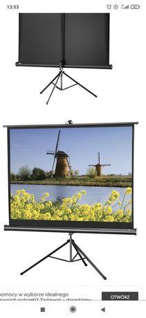 Ekran projekcyjny ze statywem do projektora.