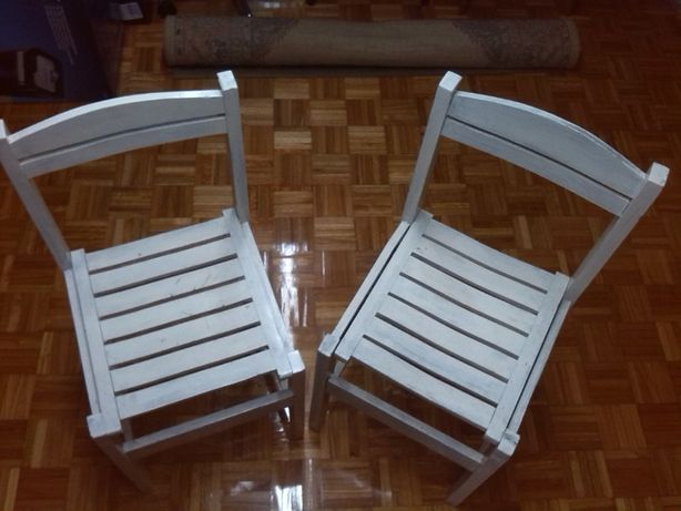 2 cadeiras brancas para desocupar
