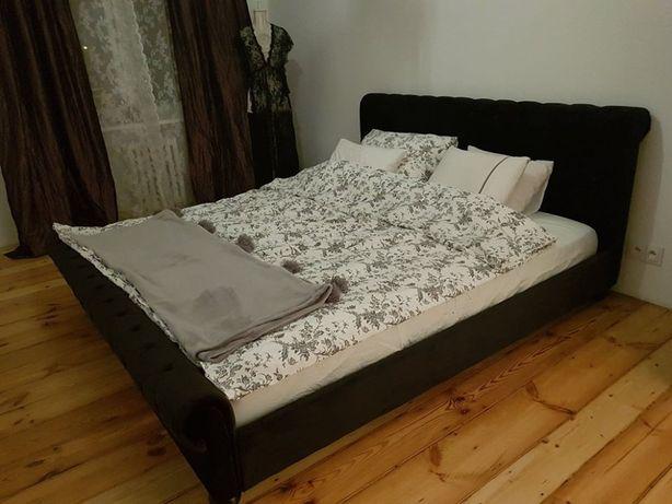 Stylowe łóżko pokryte welurem w czarnym kolorze 180x200