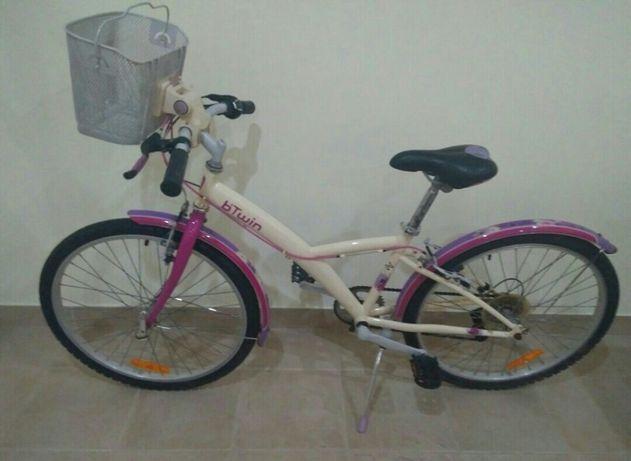 Bicicleta B'TWIN com Roda 24, Cesto e 6 Mudanças