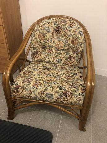Fotel z ratanu w kwiaty
