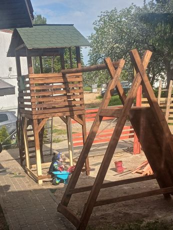 Plac zabaw domek hustawka wspinaczka