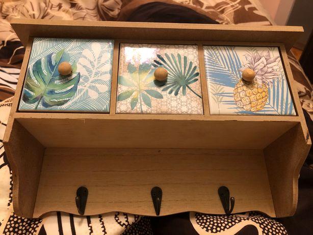 Wieszaczek z 3 wysuwanymi szufladkami