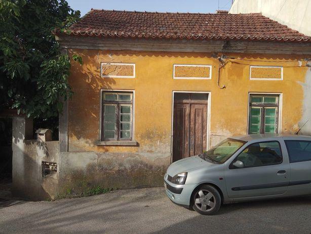 Casa para restaurar no centro de Barcouço