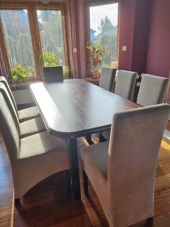 Elegancki stół z wyściełanymi krzesłami