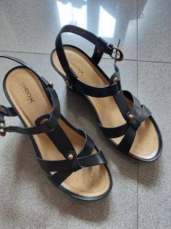 Sandálias geox 37 pretas, ofereço as castanhas