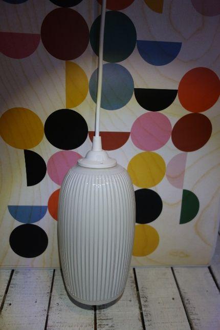 klosz lata 60-te PRL piękna wisząca lampa sufitowa białe szkło