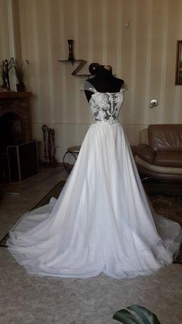 Совсем новое свадебное платье.