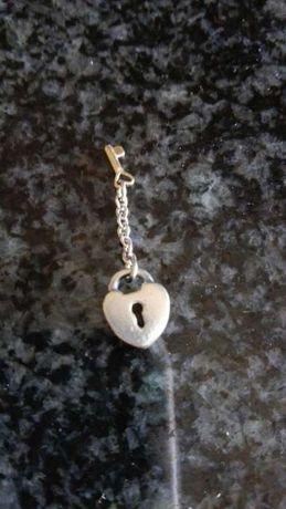 Pandora conta coração com chave em ouro.