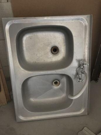 Двойная мойка из нержавеющей стали с сифонами и смесителем на кухню