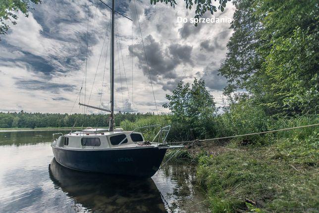 Jacht kabinowy żagle może być z silnikiem
