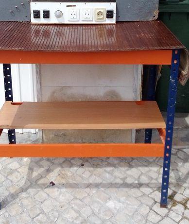 Bancada de trabalho com painel de ferramentas para oficina ou garagem