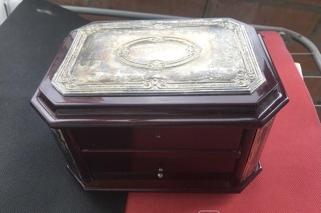 Комод,шкатулка для хранения драгоценностей с посеребренными пластинами