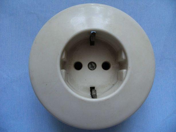 Stare gniazdko elektryczne bakelitowe białe z uziemieniem śr 8 cm