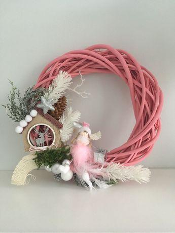 Wianek świąteczny różowa dekoracja Boże Narodzenie anioł ozdoba