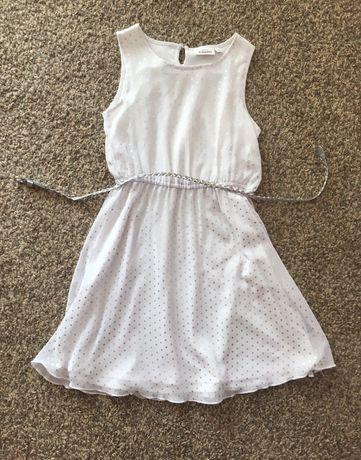 Biała sukienka w kropki z srebrnym paskiem