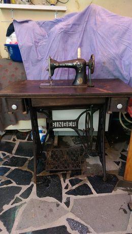 Maquina de costura singer centenaria a funcionar.