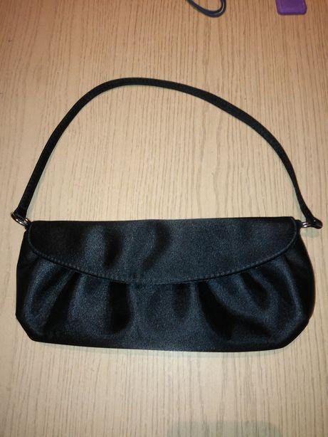 Czarna satynowa torebka wieczorowa