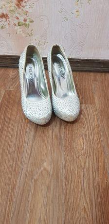 Продам блестящие туфли