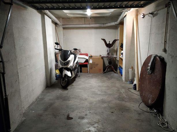 Espaço garagem para 1 moto