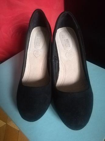 czarne zamszowe pantofle