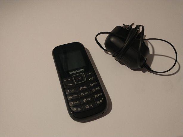 Telefon Samsung z trzema eleganckimi pokrowcami.