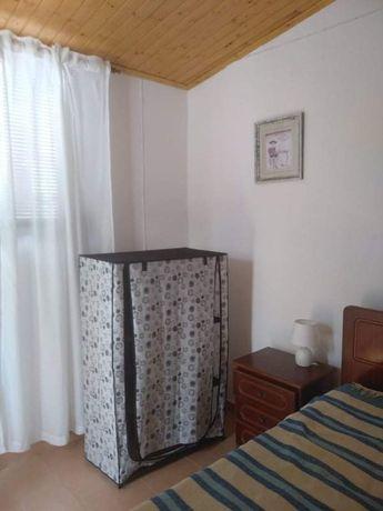 Alugo quarto com WC e cozinha