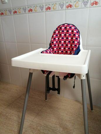 Cadeira de refeição IKEA com tabuleiro, almofada de apoio e capa.