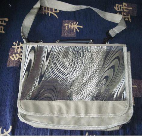 Продается сумка защитно-оливкового через плечо из ткани