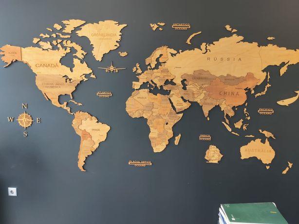 Mapa do mundo 3D em madeira