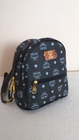 Mały plecaczek czarny w logo