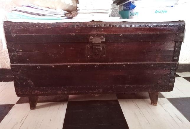 Arca de madeira bastante antiga