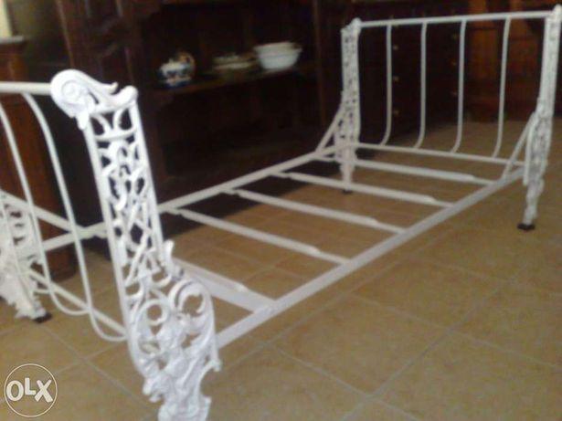 Cama branca antiga em metal