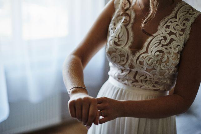 Suknia ślubna koronka wycięte plecy