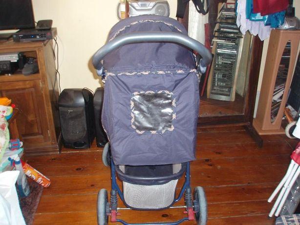 Carro de bebé semi novo Infanta Universal