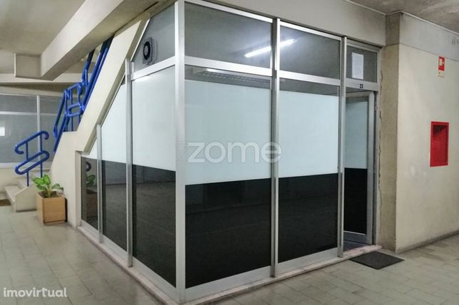 Loja com 13,500m2, sito no Centro Comercial Nova Trofa.