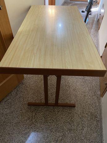 Mesa com pés dobráveis
