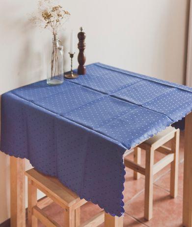 Obrus stołowy niebieski-dwustronny- z połyskiem 130x160cm