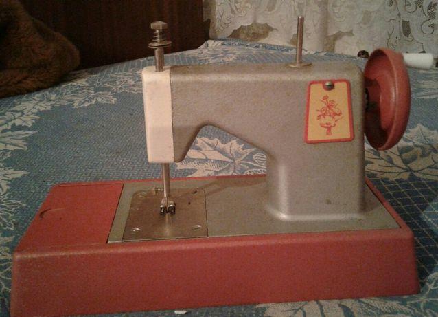 Машинка швейная-детская.
