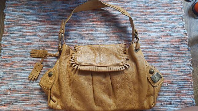 Skórzana torebka, w kolorze musztardowym.