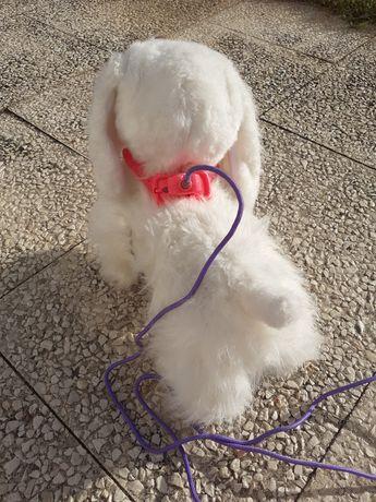 Cão peluche e troley