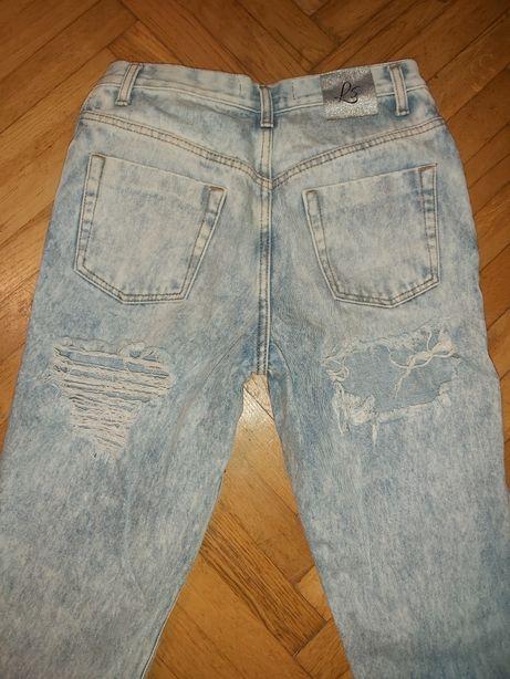 Mom jeans dziury na pośladkach poszukiwane