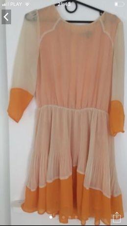 Sukienka letnia z pęknięciem z tylu