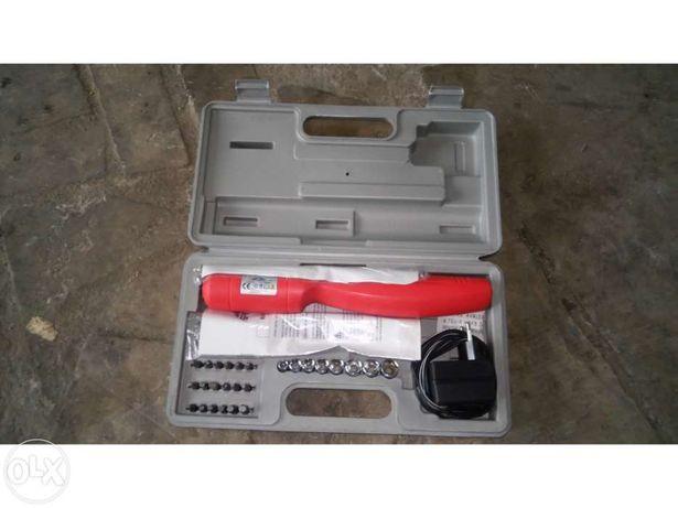 Aparafusara eléctrica nova com caixa e acessorios