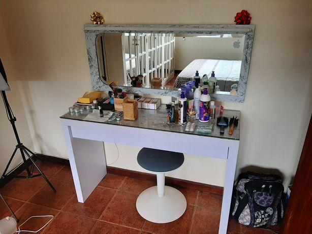 Penteadeira com espelho e luz
