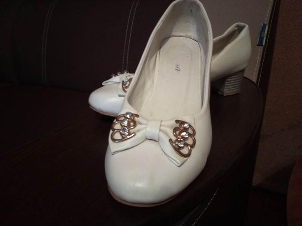 Продам туфлі білі на невисокому каблучку