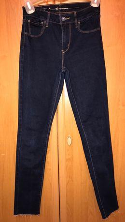 Ciemne jeansowe spodnie levis